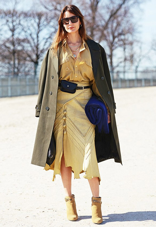 Девушка в платье и пальто в стиле сафари