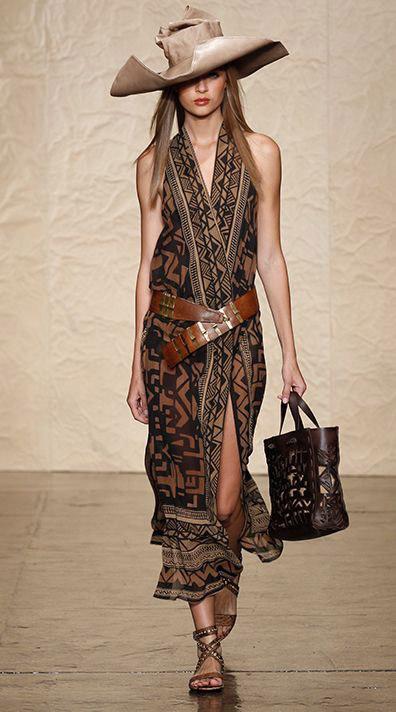 Девушка в платье и шляпе в стиле сафари