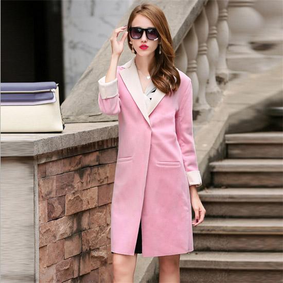Девушка в прямом розовом пальто