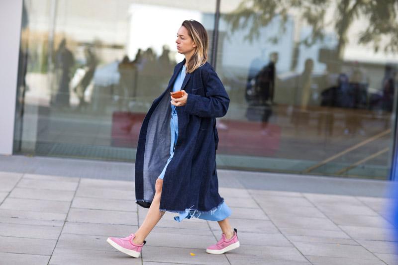 Девушка в розовых криперах, джинсовом плаще с рваным краем и голубом платье