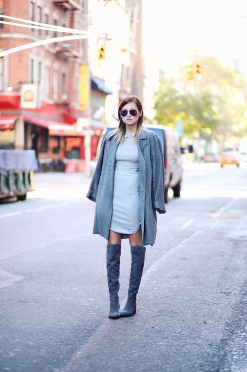 Девушка в сапогах выше колен, мини платье и серое пальто