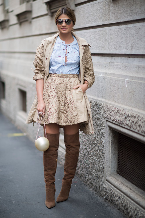 Девушка в сапогах выше колен с острым носом, мини юбка и белая блуза