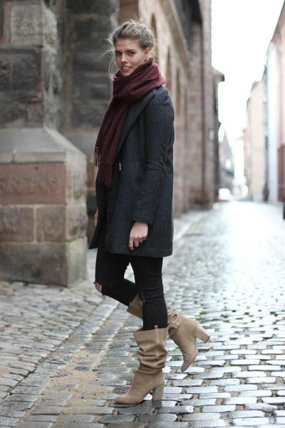 Девушка в сером пальто