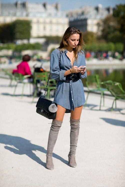 Девушка в серых сапогах выше колен и джинсовое платье-рубаха