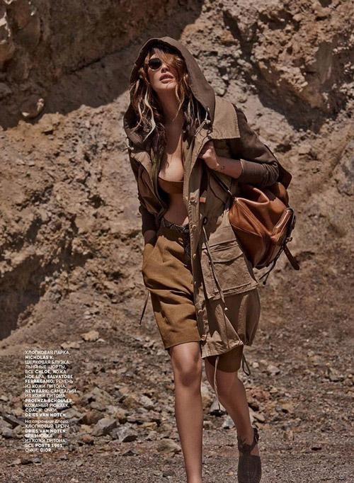 Девушка в шортах и куртке в стиле сафари