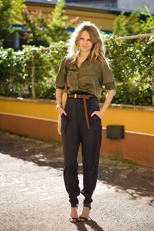 Девушка в штанах и рубашке в стиле сафари