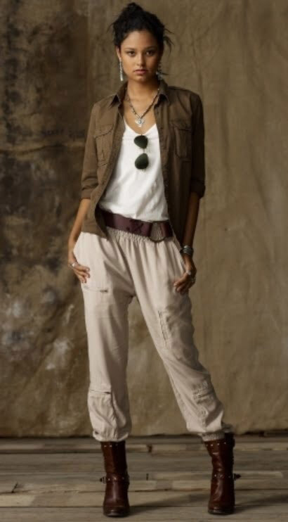 Девушка в штанах и жакете в стиле сафари