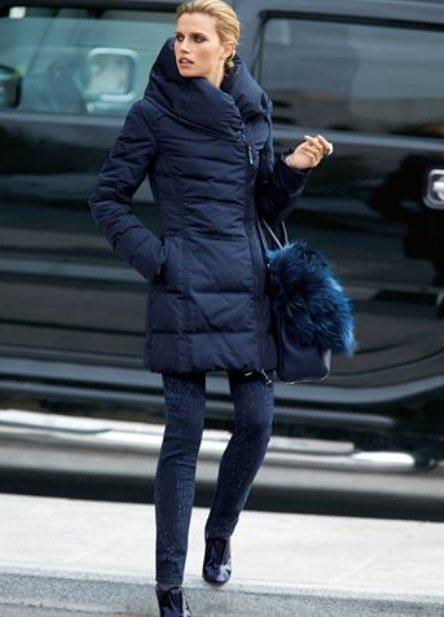 Девушка в синем пуховике
