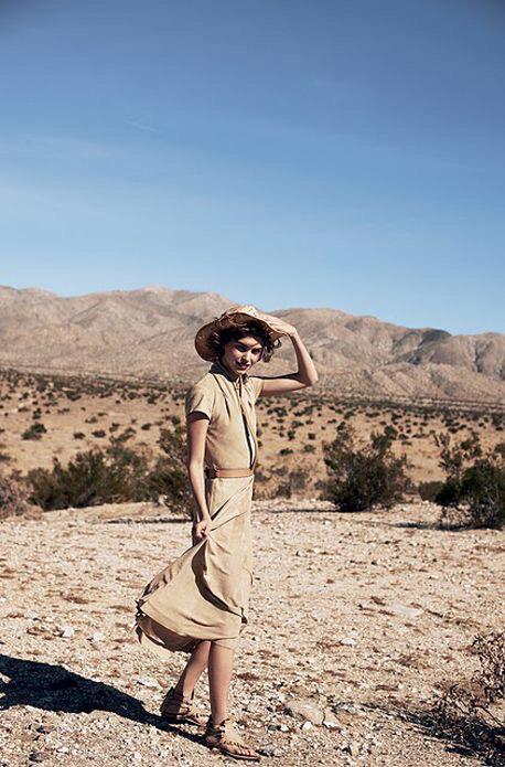 Девушка в стиле сафари стоит в пустыне