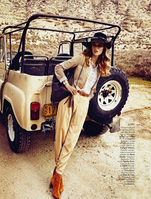 Девушка в светлых брюках в стиле сафари