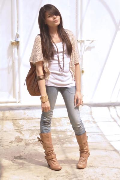 Девушка в светлых джинсах