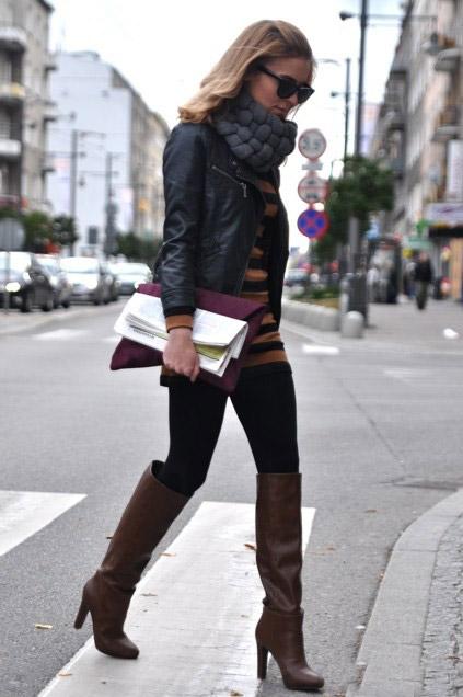 Девушка в темно-коричневых сапогах