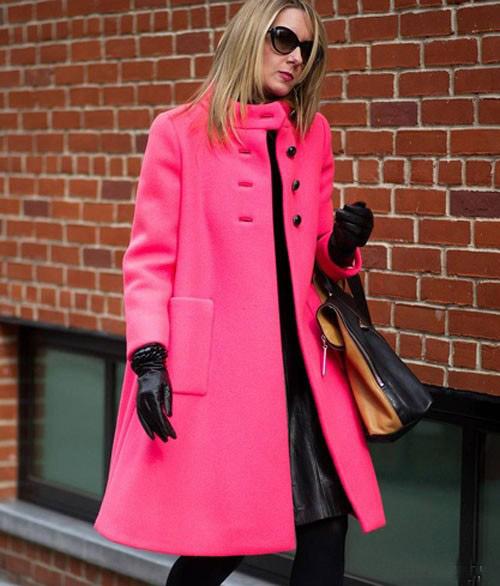 Девушка в ярко-розовом пальто