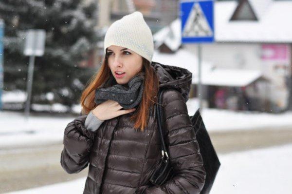 Девушка в заправленном в пухан шарфе