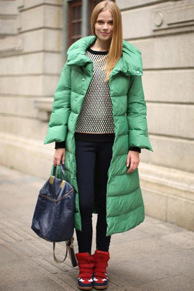 Девушка в зеленом пуховике