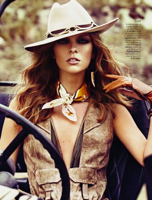 Девушка в жакете и шляпе за рулем машины