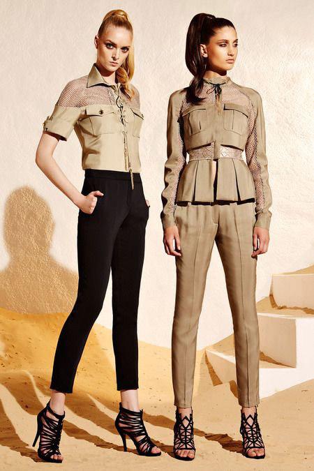 Девушки в босоножках, брюках и жакете в стиле сафари