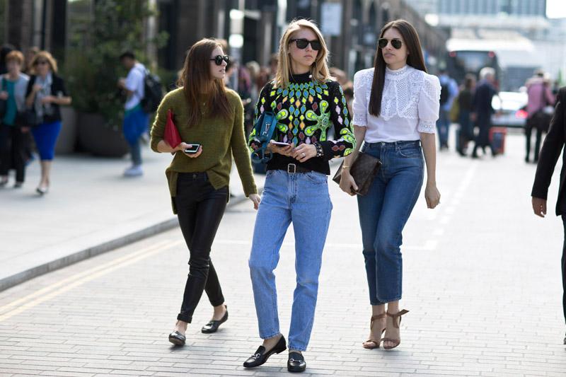 Девушки в джинсах, кофтах и солнезащитных очках