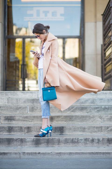 Динамика кадра позволяет ощутить всю красоту этого пальто