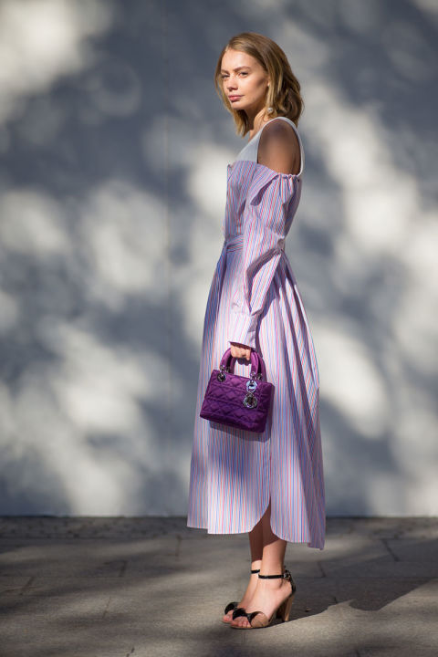 Два тренда от парижских модниц в одном образе - принт а ля матрас и крохотная сумочка