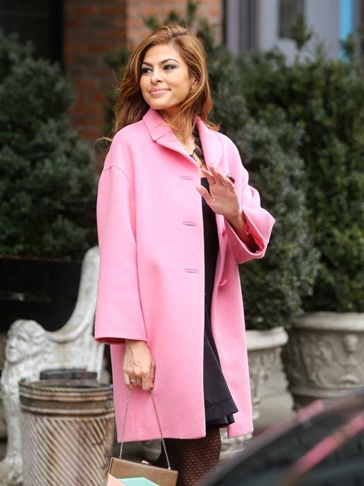 Ева Мендес в розовом пальто