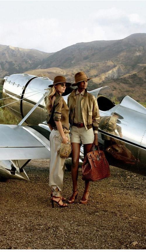 Красивые девушки, одетые в стиле сафари, стоят возле самолета
