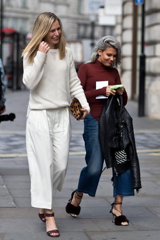 Модель в белых широких бриджах и белом свиншоте
