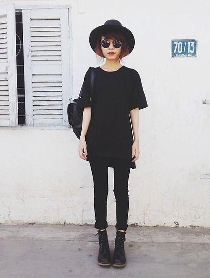 Модель в черном мини платье, черных лосинах и шляпе стиль гранж