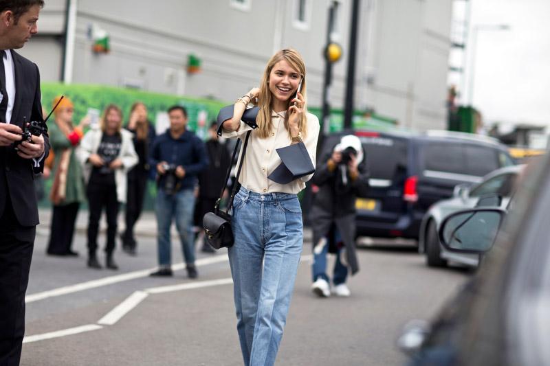 Модель в джинсах бойфренда и белой рубахе