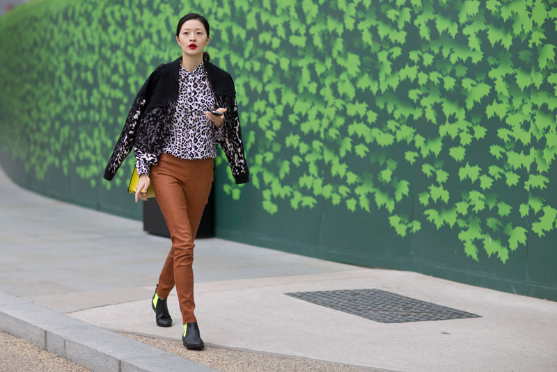 Модель в коричневых кожанных штанах и леопардовой кофте