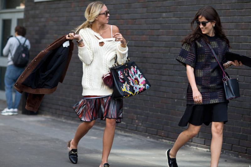 Модель в осенних образах, темные юбки по колено и теплые кофты