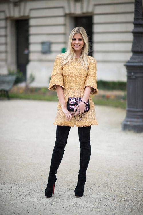 Модель в сапогах выше колен на шпильке и коротком платье с рукавом три четверти