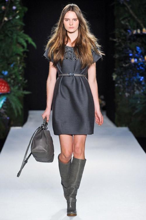 Модель в сером платье