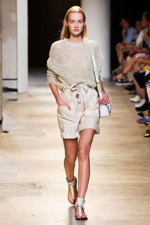 Модель в шертах в стиле сафари