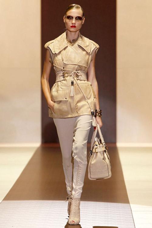 Модель в светлых штанах и жакете в стиле сафари