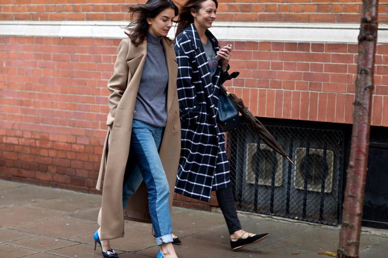 Модели в джинсах и пальто