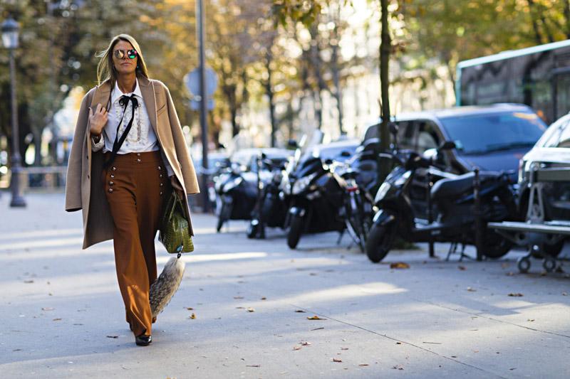 На этой неделе моды многие уличные модницы Парижа отдавали предпочтение коричневому, болотному, горчичному цвету