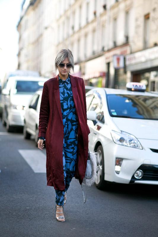 Наряду с тракторной и толстой подошвой, массивными ботинками, парижанки не забывают об изящных босоножках