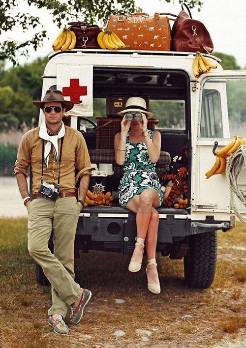 Парень одетый в стиле сафари стоит рядом с машиной