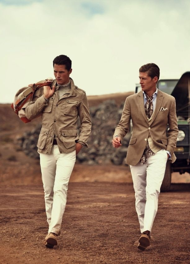Парни в светлых брюках и жакетах в стиле сафари
