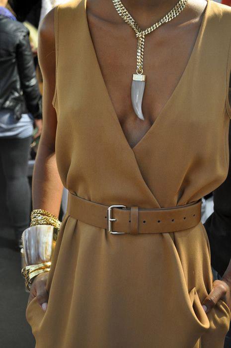 Платье ремень и ожерелье в стиле сафари