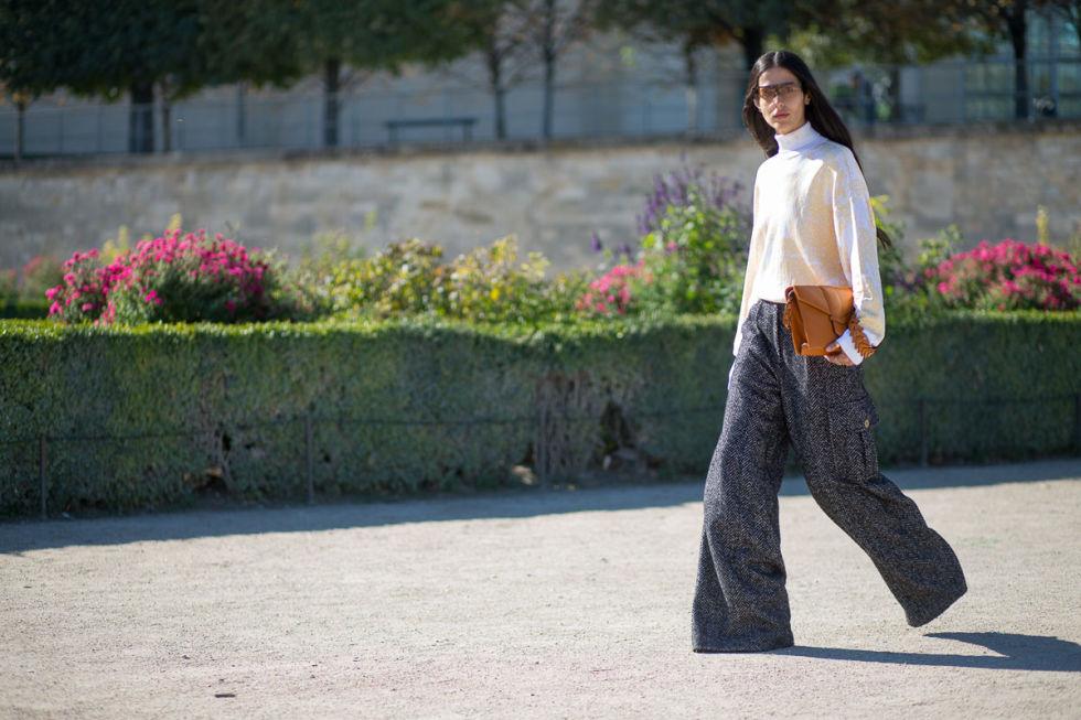 По мнению многих модных парижанок - чем шире брюки, тем лучше!