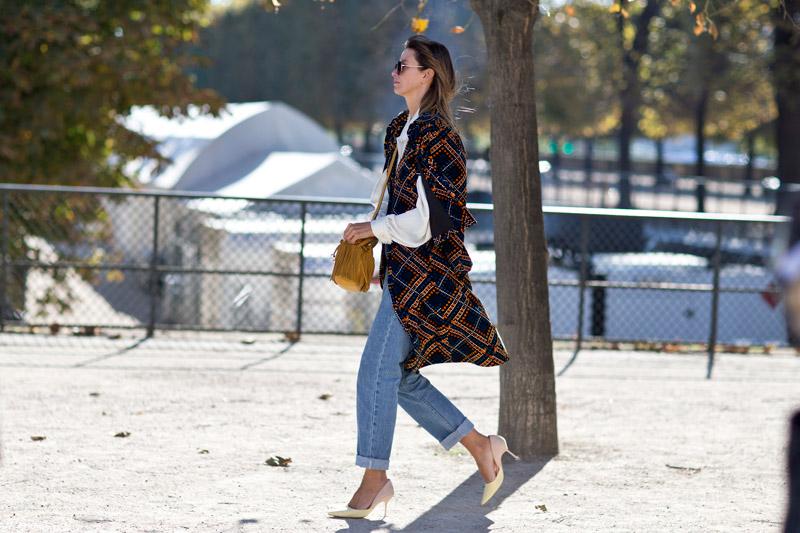 Уличные модницы Парижа остаются верны бахроме и включают ее в образ хотя бы в виде небольшого декоративного элемента