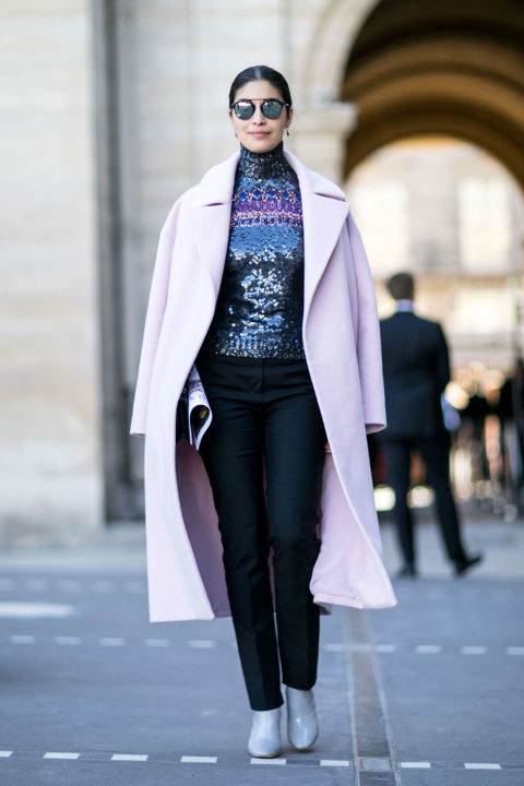 VOGUE уже советовал нам носить вещи с обилием сверкающих пайеток, теперь об этом тонко намекают парижские дамы