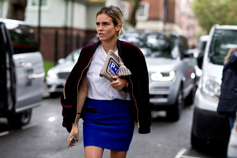 Ярко синяя юбка мини, белая блуза и теплая кофта на замке