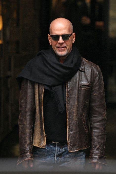 Брюс Уиллис с черным шарфом