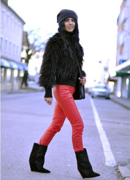 девушка в короткой меховой куртке