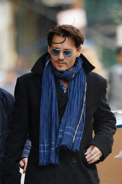 Джонни Депп в синем шарфе