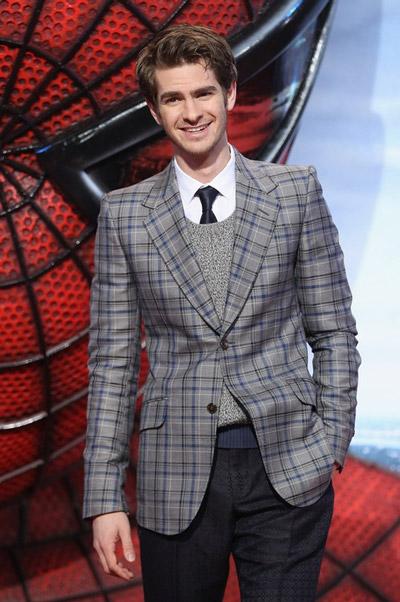 эндрю гарфилд в клетчатом пиджаке