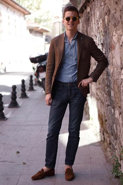 коричневый-пиджак-синяя-рубашка-с-длинным-рукавом-темно-синие-джинсы-темно-коричневые-лоферы-с-кисточками-large-2157